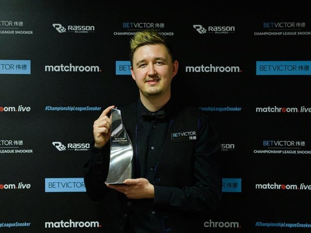 Kyren Wilson shows off the trophy after he won the BetVictor Championship League. Picture courtesy of World Snooker Tour