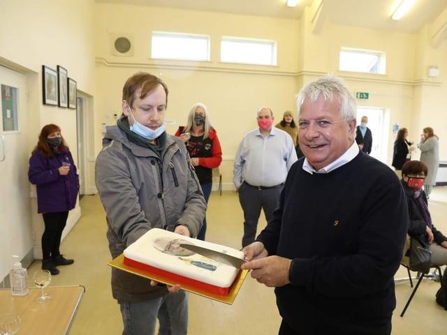 Mayor Lawrence Ferguson presents a cake to Cllr Pengelly
